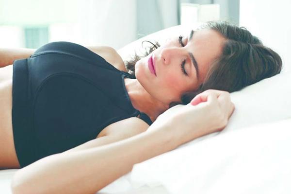 Por que dormir con la mano en el pecho provoca