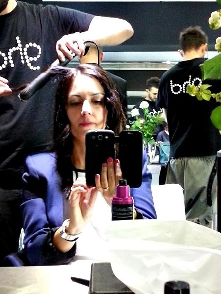 En la foto aparece el protector térmico (producto negro y rosa) y veis como se coge el pelo para colocar luego la styler verticalmente