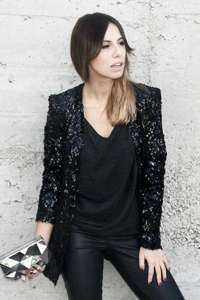 Vestido negro y chaqueta de lentejuelas